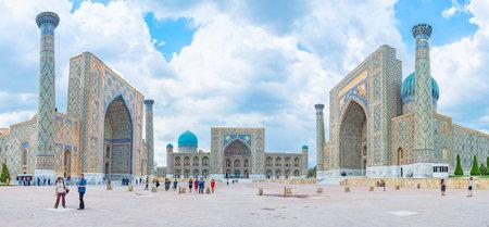 medieval: Samarcanda, Uzbekistán - 30 de abril, 2015: La Plaza de Registan es el mejor lugar para disfrutar del arte y la arquitectura medieval de Uzbekistán, el 30 de abril en Samarcanda.