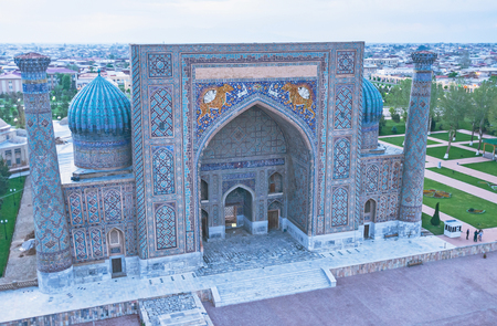 beg: The predawn view from the minaret of Ulugh Beg Madrasah on the Registan square and facade of Sher-Dor Madrasah, Samarkand, Uzbekistan.