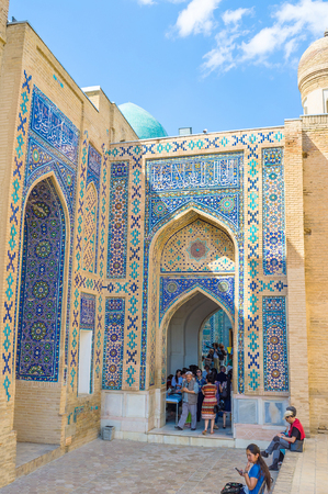 ibn: SAMARKAND, UZBEKISTAN - MAY 1, 2015: The arched pass named chartak, separates the middle group of mausoleums of the upper and leads to the mausoleum of Kusam-ibn-Abbas, the cousin of Prophet Muhammad, on May 1 in Samarkand. Editorial
