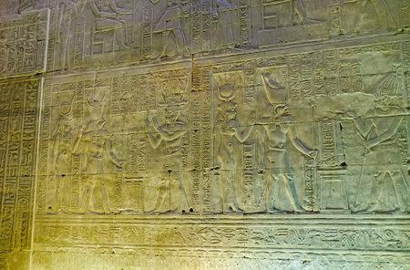 horus: Edfu, Egipto - 07 de octubre 2014: La pared del templo de Horus decoradas en estilo egipcio antiguo tradicional, el 7 de octubre en Edfu.
