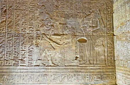 horus: Edfu, Egipto - 7 de octubre de 2014: Las paredes del templo de Horus, decoradas con las escenas del drama Edfu, llamado triunfo de Horus, el 7 de octubre en Edfu.