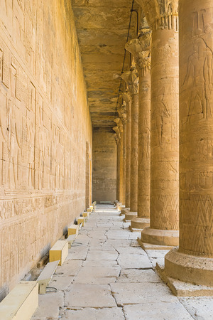 horus: Las paredes de piedra y numerosas columnas en el templo de Horus decoradas por los antiguos relieves con Dioses y jerogl�ficos egipcios, Edfu, Egipto. Editorial