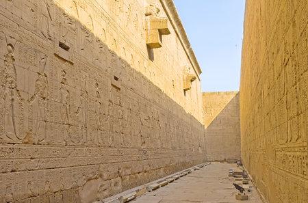 horus: La pared lateral del templo de Horus est� decorado con los antiguos relieves y rodeado por el enorme valla de piedra, Edfu, Egipto.