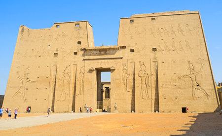 horus: Edfu, Egipto - 07 de octubre 2014: La mejor manera de descubrir la antigua arquitectura egipcia es visitar el Templo de Horus, el 7 de octubre en Edfu. Editorial