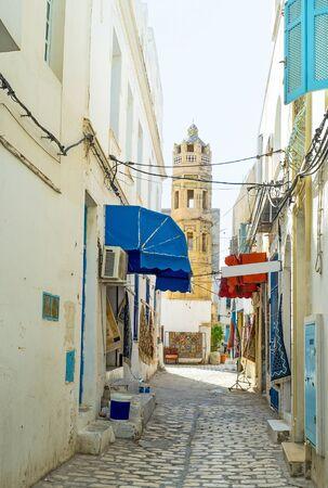 octogonal: La calle estrecha conduce al minarete octogonal de la mezquita Zaouia Zakkak, que es el buen ejemplo de la arquitectura otomana en Sousse, Túnez.