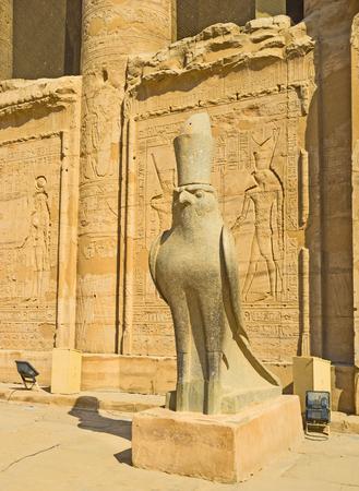 horus: El halc�n de piedra simboliza el antiguo dios Horus y guarda la entrada a su templo en Edfu, Egipto.