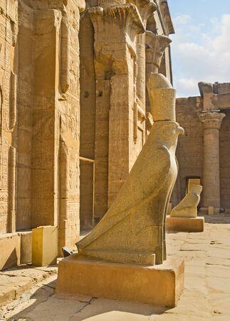 horus: Las estatuas antiguas de los halcones fueron preservados en el Templo de Horus en Edfu, Egipto.