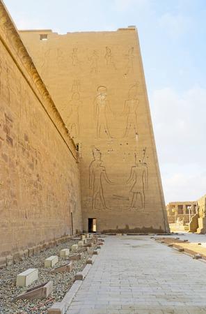 horus: El agradable paseo a la sombra alrededor del antiguo templo de Horus, Edfu, Egipto.
