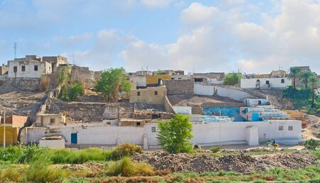 desierto: El pobre viejo pueblo en la colina del desierto de Egipto superior, en el barrio de Asu�n. Foto de archivo