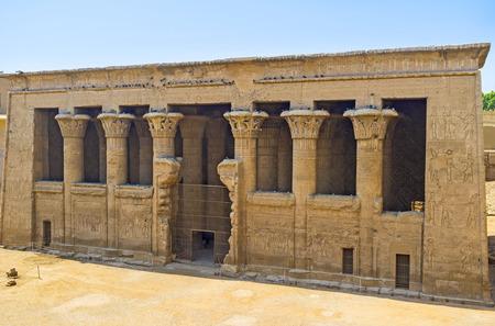 L'ancien temple de Khnoum dans Esna est le point de repère remarquable de la Haute-Egypte. Banque d'images - 47224565