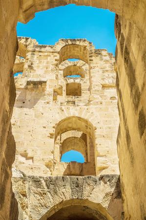 arcos de piedra: Las filas de los arcos de piedra se levantan de la pared exterior del antiguo anfiteatro, El Jem, Túnez.
