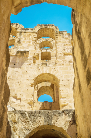 arcos de piedra: The rows of the stone arches rise from the outer wall of the ancient amphitheatre, El Jem, Tunisia.