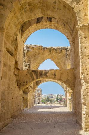 arcos de piedra: EL Jem, T�nez - septiembre 1, 2015: Los numerosos arcos de piedra en anfiteatro romano proporcionar estabilidad de los muros antiguos, el 1 de septiembre, en El Jem.