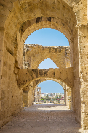 arcos de piedra: EL JEM, TUNISIA - SEPTEMBER 1, 2015: The numerous stone arches in Roman amphitheatre provide stability of the ancient walls, on September 1, in El Jem. Editorial