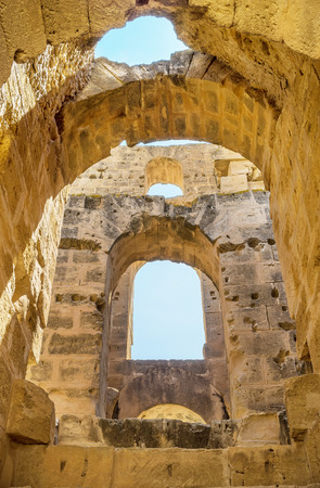 arcos de piedra: EL Jem, T�nez - 01 de septiembre 2015: El sistema de los arcos de piedra hace que las paredes m�s fuertes, el 1 de septiembre, en El Jem.