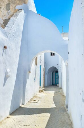 tine: All houses in the old neighborhoods in Median are white wth the tine arches on the narrow streets, Kairouan, Tunisia. Stock Photo