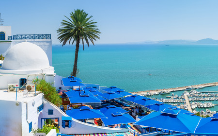 SIDI BOU SAID, TUNISIA - AUGUST 31, 2015: The best view on the sea from the mountain top on the terrace of local restaurant, on August 31 in Sidi Bou Said. Imagens - 47978690