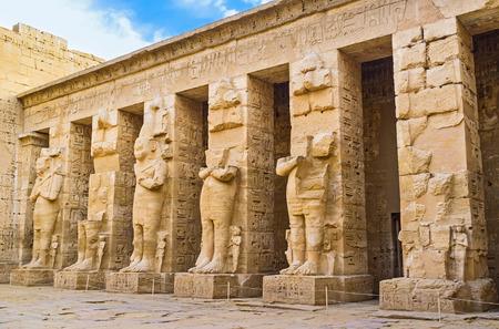 templo: Las ruinas de las columnas Ramésidas en el patio del peristilo del templo de Habu (templo de Ramsés III), Luxor, Egipto.