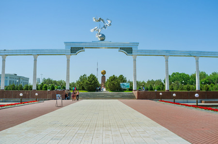noble: TASHKENT, UZBEKISTAN - MAY 7, 2015: The Arch of good and noble aspirations is the entrance to the Independence Square, on May 5 in Tashkent.