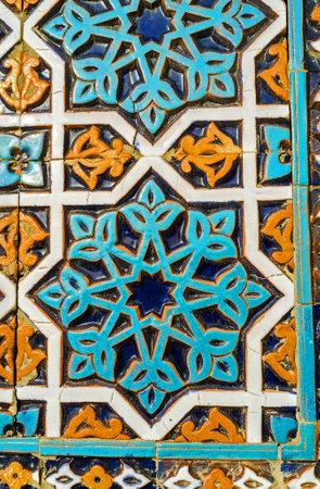 TASHKENT, OEZBEKISTAN - MEI 7, 2015: De kleurrijke Islamitische patronen op de geglazuurde tegel op de muur van Hazrat Imam Mosque, op 5 mei in Tasjkent. Redactioneel