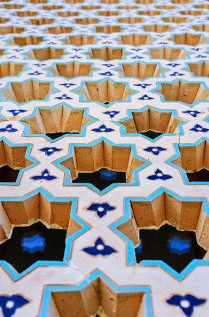 octogonal: Tashkent, Uzbekistán - 7 de mayo, 2015: Los miles de pequeñas estrellas octogonales talladas (el modelo islámico clásico) decorar la pantalla de árabe en la ventana, el 5 de mayo en Tashkent. Editorial