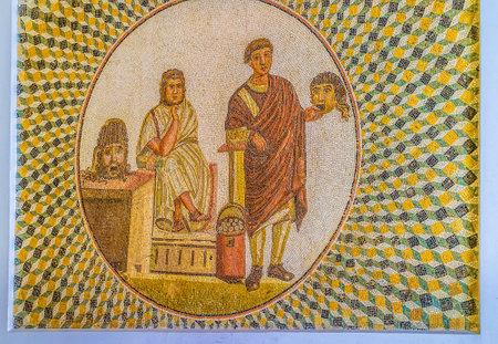 スース、チュニジア - 2015 年 9 月 1 日: 古代のモザイクでは、スースの 9 月 1 日、ローマが悲劇と喜劇の繰り返し、過程のマスクで俳優に示していま