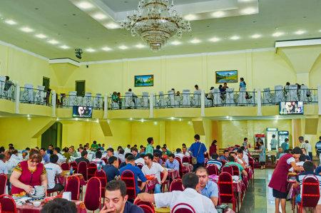 pila: TASHKENT, UZBEKISTAN - MAY 7, 2015: The large hall Center Asian Plov Center is always full of clients, on May 7 in Tashkent.