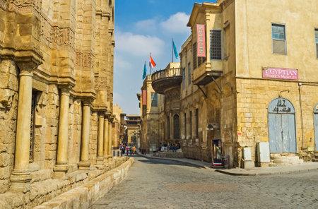 medievales: El CAIRO, Egipto - 10 de octubre de 2014: La calle medieval de Al-Muizz es el mejor lugar para descubrir mansiones �rabes, palacios, mezquitas y mausoleos, el 10 de octubre en El Cairo. Editorial