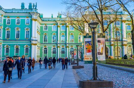 bartolomeo rastrelli: Saint Petersburg - April 24, 2015:The tourists going to the entrance to the Hermitage museum through its courtyard, on April 24 in Saint Petersburg. Editorial
