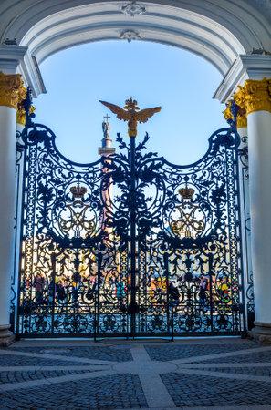 puertas de hierro: San Petersburgo - 24 de abril de 2015: Las puertas de hierro con la doble �guila del Imperio ruso en la parte superior, el 24 de abril en San Petersburgo.