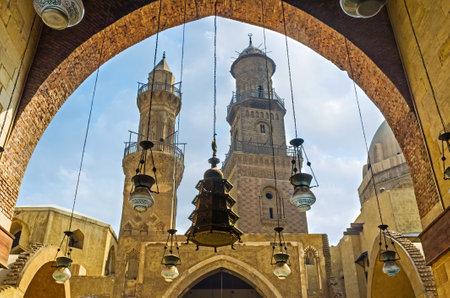medievales: El CAIRO, Egipto - 10 de octubre de 2014: La visi�n a trav�s de las luces de edad �rabe sobre los minaretes talladas desde el arco en el patio del complejo funerario de Al-Nasir Muhammad, el 10 de octubre en El Cairo.