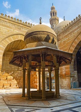 medievales: El CAIRO, Egipto - 10 de octubre de 2014: La fuente de abluciones con la hermosa c�pula decorada con caligraf�a isl�mica en el patio del complejo Al-Nasir Muhammad, el 10 de octubre en El Cairo.