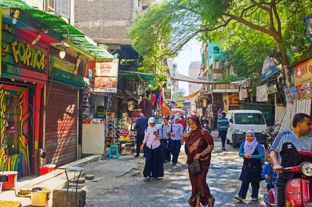 CAIRO, EGYPT - OCTOBER 12, 2014: The noisy souq on Al Motaz street next to the Gates of Bab Zuweila in the poor neighborhood, on October 12 in Cairo. 新聞圖片