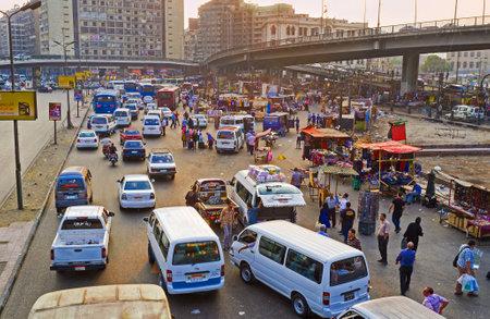 交通: カイロ, エジプト - 2014 年 10 月 10 日: カイロで 10 月 10 日、鉄道駅の横にあるラムセス広場に自発的なトラフィック。
