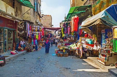 CAIRO, Egypte - 10 oktober 2014: De Khan el-Khalili souq strekt zich uit over vele straten en hoeken langs district Islamitisch Cairo, op 10 oktober in Caïro.