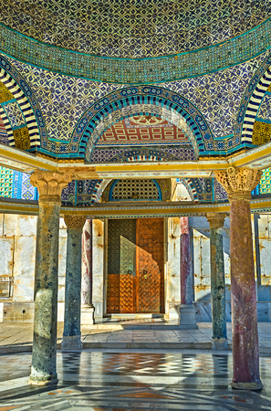 dome of the rock: The view on the side door of the Dome of the Rock through the columns and arches of the Dome of the Chain, Jerusalem, Israel.