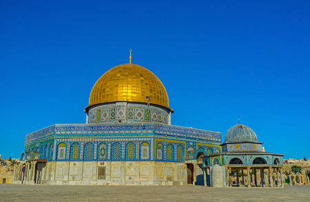 dome of the rock: The Dome of the Rock with the small pavilion, named Dome of the Chain, Jerusalem, Israel.