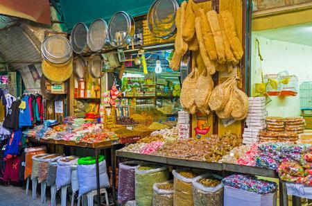 Jerozolima, Izrael - 16 lutego 2016: straganie w dzielnicy muzułmańskiej oferuje wiele rodzajów słodyczy, przypraw i artykułów gospodarstwa domowego, w dniu 16 lutego w Jerozolimie. Publikacyjne