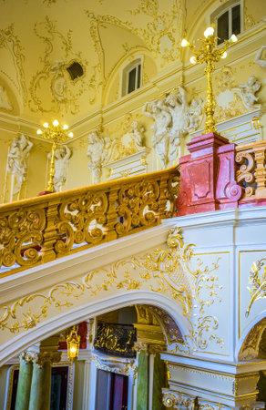 grecas: ODESSA, Ucrania - 17 de mayo, 2015: Las paredes de las escaleras principales est�n decorados con grecas de oro y esculturas de personajes m�ticos, el 17 de mayo en Odessa.