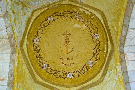 corona de espinas: Jerusal�n, ISRAEL - 16 de febrero, 2016: La c�pula con la corona de espinas en la Iglesia de Nuestra Se�ora del espasmo, el 16 de febrero en Jerusal�n. Editorial