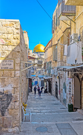 dome of the rock: JERUSALEM, ISRAEL - FEBRUARY 16, 2016: The narrow street leads to the Temple Mount and boasts the view on the golden cupola of the Dome of the Rock, on February 16 in Jerusalem.