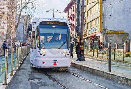 divan: ESTAMBUL, Turqu�a - 21 de enero de 2015: El tranv�a blanco se vuelve a la calle Alemdar de Divan Yolu en el distrito de Fatih, el 21 de enero en Estambul.