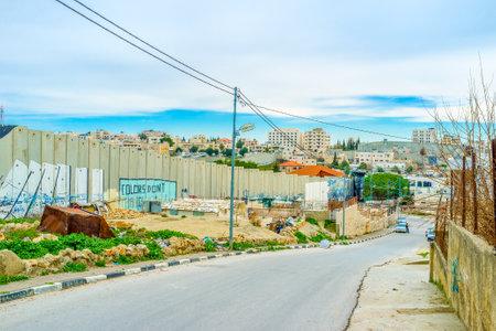 conflictos sociales: Bel�n, Palestina - 18 de febrero, 2016: El muro de separaci�n a lo largo de la calle de Bel�n, el 18 de febrero en Bel�n.