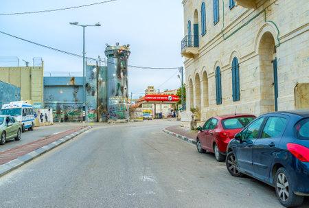 conflictos sociales: Belén, Palestina - 18 de febrero, 2016: La torre dañada del muro de separación en Bethlehem, el 18 de febrero en Belén.