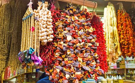 legumbres secas: La amplia gama de hortalizas secas, la parte importante de la cocina turca, en el puesto de mercado, Estambul, Turqu�a.