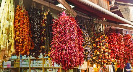 legumbres secas: Los vegetales secos del apetito en el puesto de mercado, Estambul, Turqu�a.