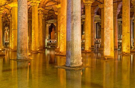 aljibe: ESTAMBUL, Turquía - 21 de enero de 2015: La antigua Cisterna Basílica se encuentra el recipiente a prueba de agua para la retención de agua, el 21 de enero en Estambul.