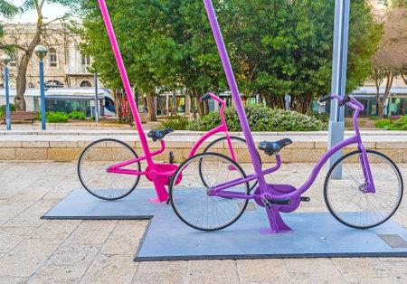 ciclos: Jerusalén, ISRAEL - 18 de febrero, 2016: La instalación urbana en la Plaza Safra frente al Ayuntamiento, se compone de los numerosos ciclos de colores, el 18 de febrero en Jerusalén. Editorial