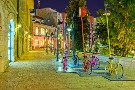 ciclos: Jerusalén, ISRAEL - 17 de febrero, 2016: La instalación urbana en la Plaza Safra con muchos ciclos se ve muy bien en la noche, el 17 de febrero en Jerusalén.