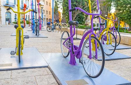 ciclos: Jerusalén, ISRAEL - 18 de febrero, 2016: Las filas de los ciclos de colores en la plaza Safra atraer a los turistas y los niños de la localidad de pedal, el 18 de febrero en Jerusalén. Editorial